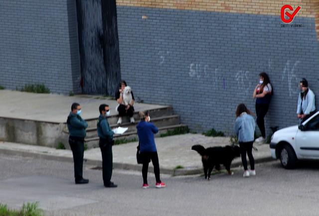 La Guàrdia Civil identifica a uns pares d'unes adolescents per saltar el confinament.