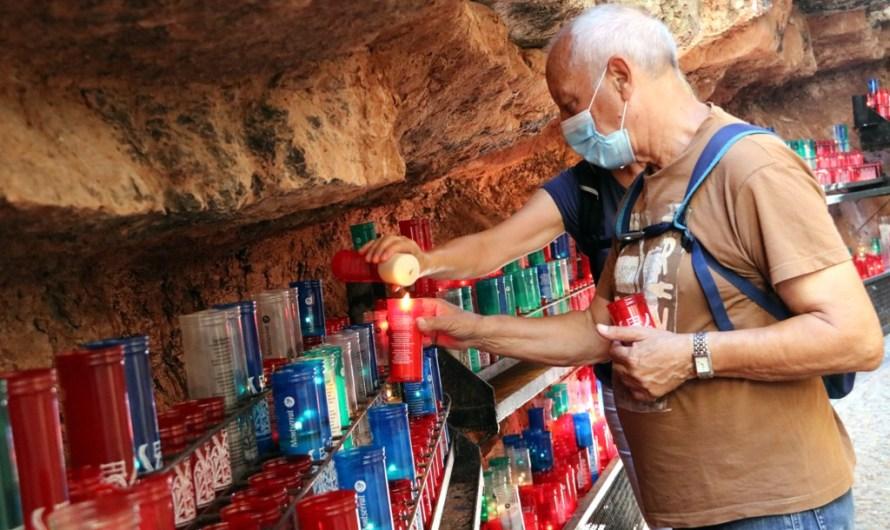 Familiars que han patit la Covid-19 ofereixen ciris a Montserrat