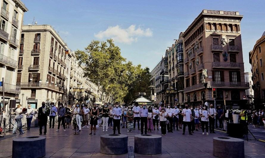Barcelona celebra un minut de silenci en record i homenatge a les víctimes de l'atemptat del 17-A