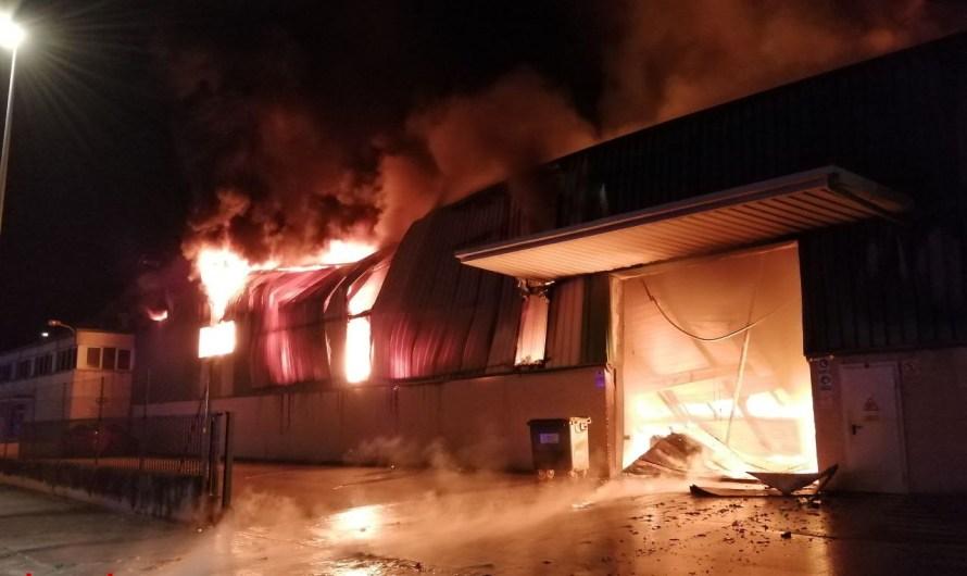 Els Bombers han treballat aquesta nit en l'incendi d'una indústria a Sant Fruitós de Bages