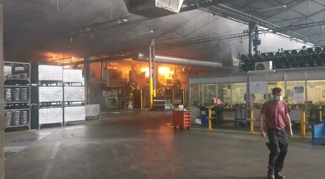 Els Bombers treballen en l'incendi d'una nau industrial a la Lemmerz de Manresa