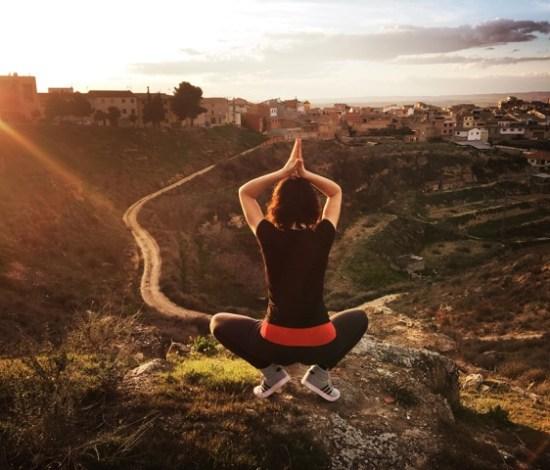 Ana, practicando Yoga en el cabezo Monteagudo.