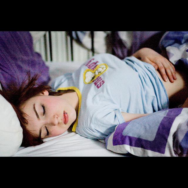 為何總是失眠又情緒不穩?側睡、仰睡、趴睡其實會影響身體健康!|女人迷 Womany