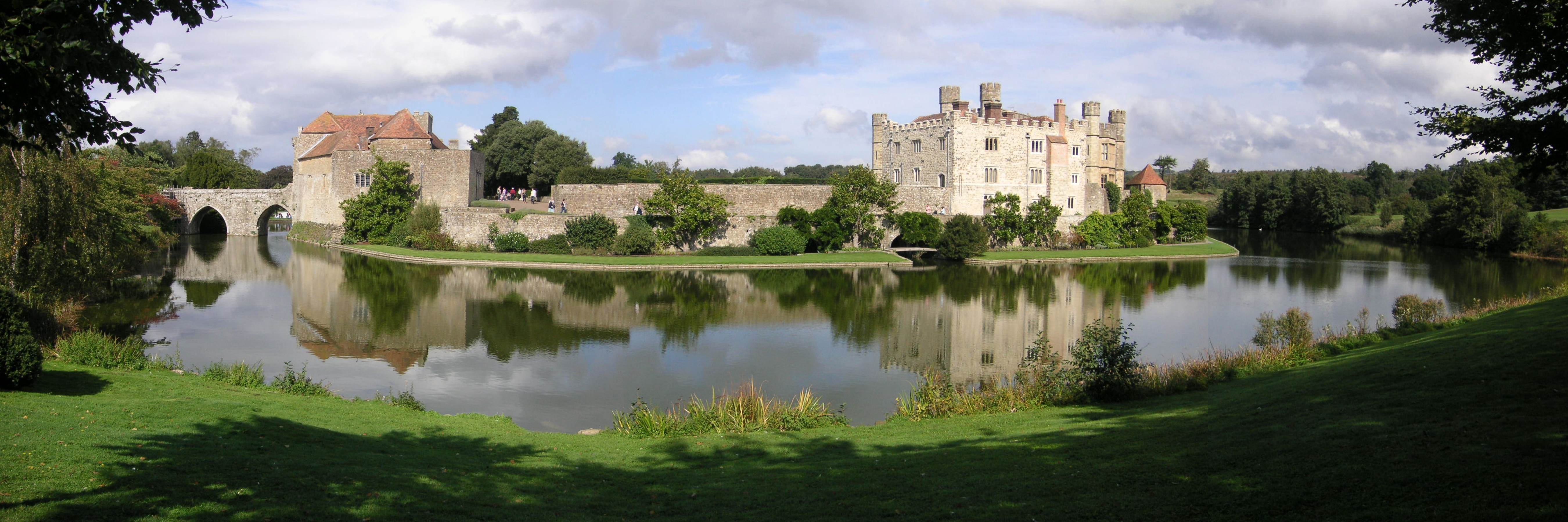 Wide angle photo of Leeds Castle