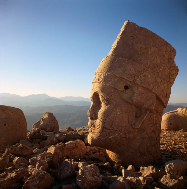 TURKEY. Anatolian civilisation. Head of ANTIOCHUS I, King of Commagene, on top of Nemrud Dagh mountain (64 BC). 1983. Ara Güler / Magnum Photos