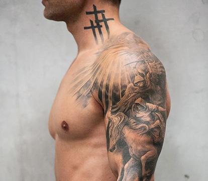 La Pasion Por La Fe En Los Tatuajes De Cruz En El Cuello
