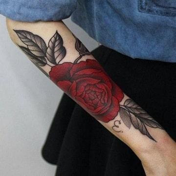 Tradicionales Tatuajes De Rosas En Los Brazos