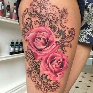 Grandes Y Definidos Tatuajes De Flores En La Pierna