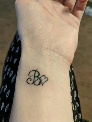 2 Diseños Tatuajes De Iniciales Para Mujeres Con Corazones