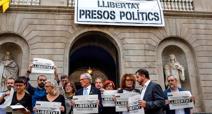 Pancarta presos políticos en el ayuntamiento de Barcelona