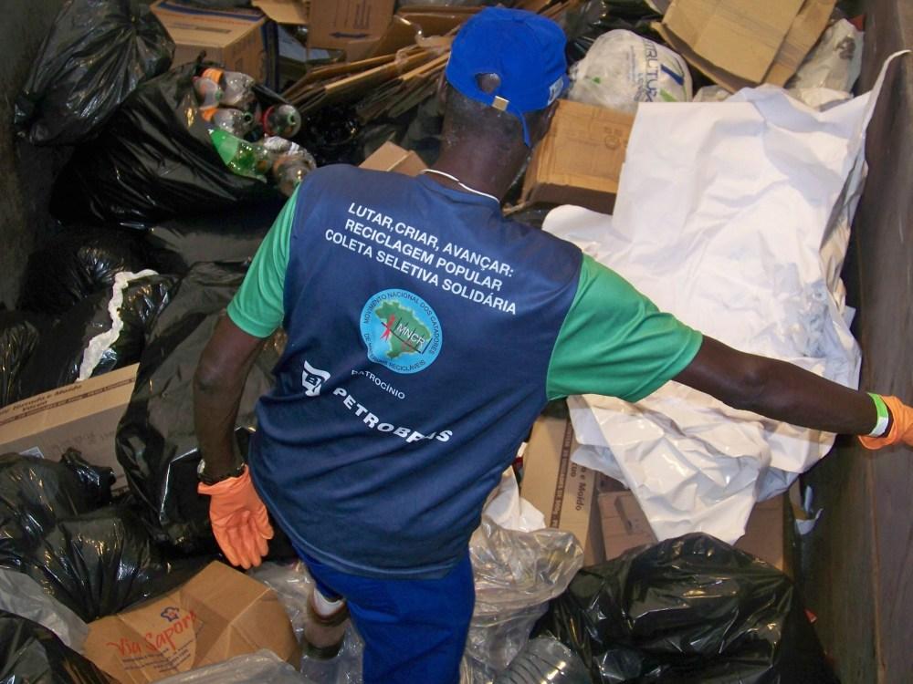 Catador organiza caçamba com materiais recicláveis provenientes da Expocatadores 2014