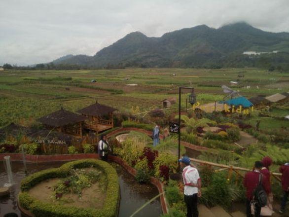 Beberapa pengunjung menikmati areal wisata pujon kidul