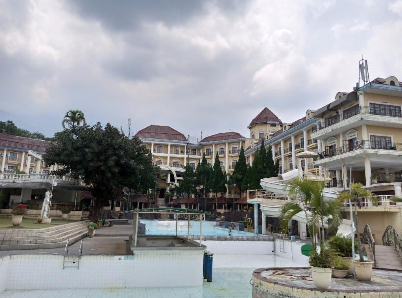 kolam renang hotel tretes raya