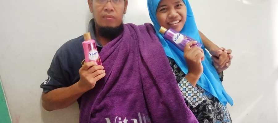 mandi bersama pasangan menggunakan vitalis body wash