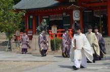 Para pemimpin upacara meninggalkan tempat upacara.