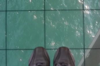 lantai yang sengaja dibuat bisa melihat laut di bawah