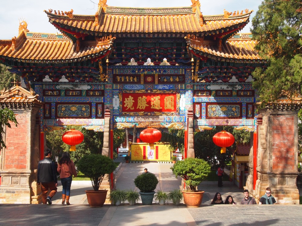 a flight to kunming & an afternoon at yuantong temple (4/6)