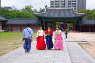 Tourist wearing hanbok around the palace : Photo by @catchingcarla
