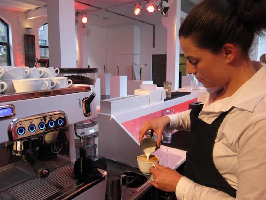 Weiblicher Barista beim Coffee Catering