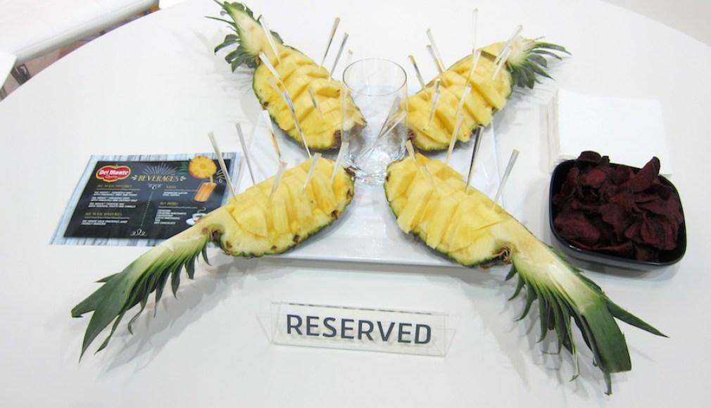 Aufgeschnittene Ananas im Meeting Raum auf der Fruit Logistica.