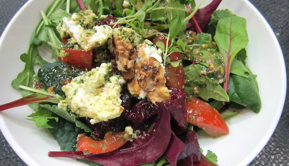 Wildkräutersalat als Starter beim Business Lunch.