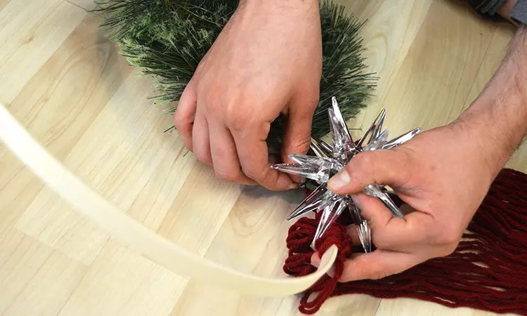 Adding Ornaments and Objects to Wreath