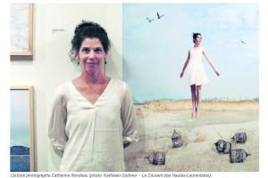 Portrait de la photographe devant une de ses oeuvres.