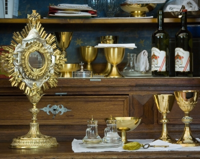 the monstrance and Catholic Mass paraphernalia photographed by Jorge Royan in 2008; swiped from Wikimedia Commons