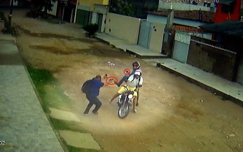 video pm reage a assalto mata um bandido e outro foge baleado assista
