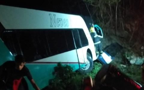 onibus com 50 jovens tomba e motorista fica preso as ferragens na paraiba video