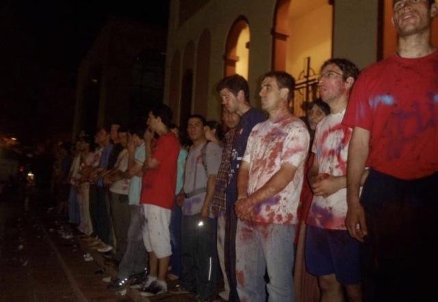 ¿Quién dice que el diablo no existe?Las Feministas Pro-aborto agreden sexualmente a los hombres en oración que defendían la catedral.