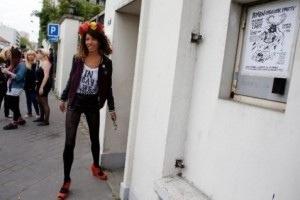 Las Femen amenazan con apropiarse de una iglesia tras su expulsión de Clichy.