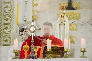 Un sacerdote fue acusado de agresión por Defender la Santa Eucaristía durante una misa tradicional.