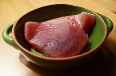 morceau de thon frais avant la cuisson