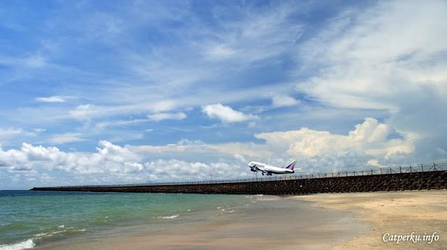 Jimbaran bay Bali ini juga berbatasan dengan runway Bandara Internasional Ngurah Rai ya!