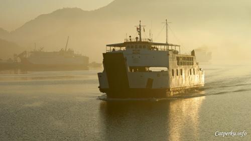 Dan kapal fery yang satu ini baru saja datang dari arah matahari, bisa kalian lihat warna keemasannya?