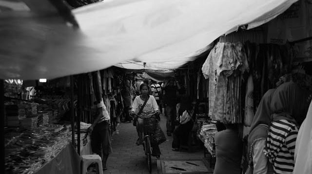 Yang menarik di Yogyakarta adalah blusukan di dalam pasar. Kalau di kota besar lain jarang ada yang seperti ini.