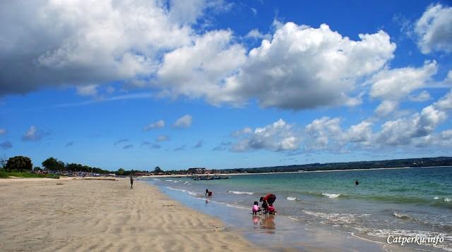 Kalau menunjungi bagian pasir pantai yang halus sih nggak perlu menggunakan alas kaki.