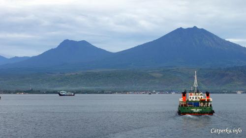 Di depan adalah Pulau Jawa, ada yang tahu pegunungan apa itu? Kalau touring Bali - Jawa bisa ketemu mereka!