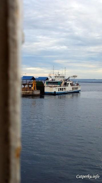 Mengintip sebuah kapal ferry yang sedang merapat di Pelabuhan Gilimanuk, Bali.