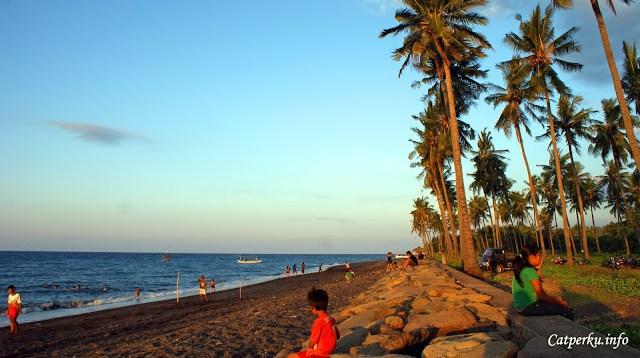 Pantai Bali yang cakep cuma ada di selatan? Nope! Enggak juga, saya malah suka dengan suasana pantai yang ada di Utara Bali ini. Namun, saya tidak tahu apa namanya. Saya bersantai sejenak di pantai ini beberapa saat sebelum memasuki Kota Singaraja.