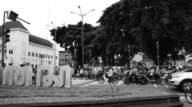 Karena ibu saya seorang guru, saya sering sekali diajak study tour ke kota Yogyakarta. Dulu, Ibuk saya memang kadang menjadi wali murid yang mengantarkan murid - muridnya untuk study tour ke Yogyakarta