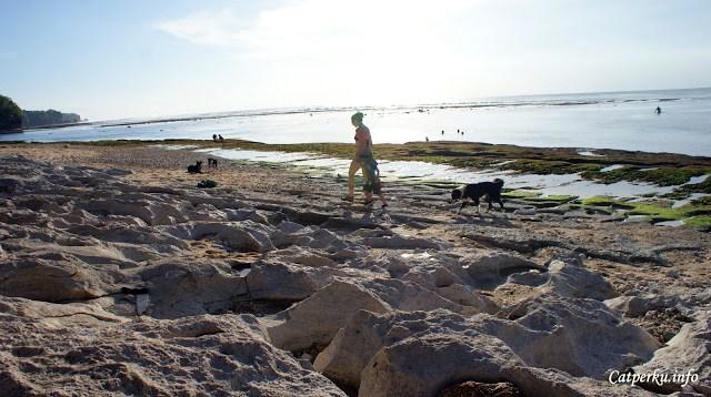 Sesekali saya bergerak, dan kembali bersantai, duduk diatas karang :D