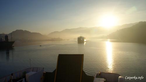 Mari kita berlayar menuju matahari!! Eh, salah kapal ini akan merapat di pelabuhan Lembar, Lombok Barat.