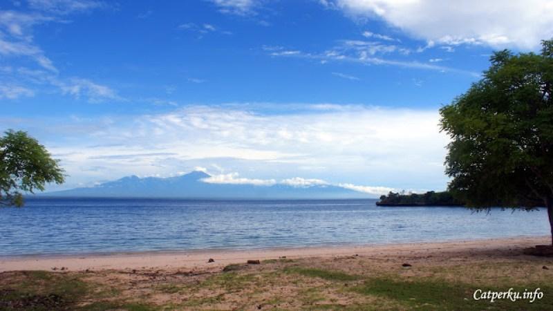 Ketika hari sedang cerah, Gunung Rinjani terlihat di kejauhan.