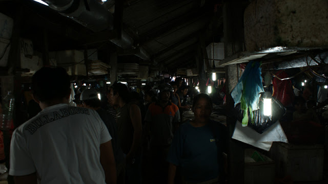 Pasar ikan di Kedonganan ini tidak terlalu besar, makanya setiap harinya pasar ini selalu penuh sesak dengan pengunjung.