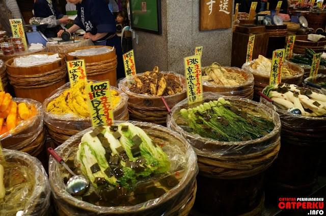 Sayur mayur aneh juga... entah ini bisa dimakan atau enggak sebenarnya...