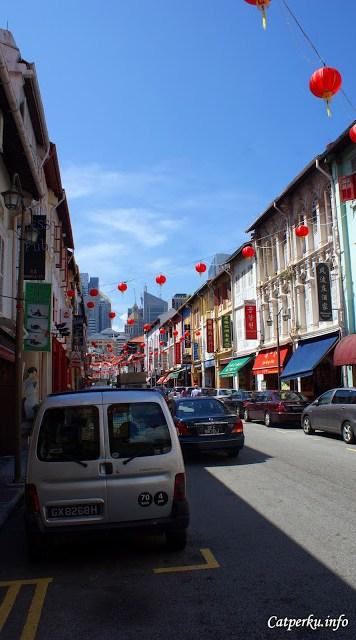 Wajah sebuah jalan di kawasan China Town, Singapore dengan ciri khas lampion berwarna merah.