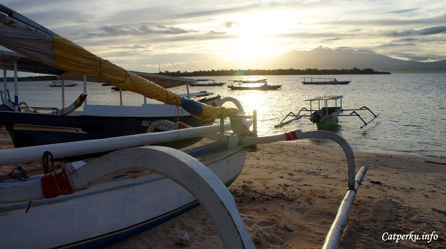 Kadang ada juga perahu - perahu yang memanfaatkan pantai untuk bersandar di Gili Trawangan.