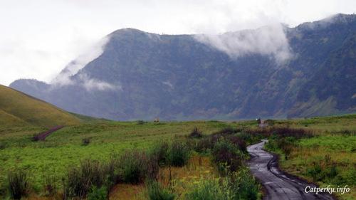 Sebagian jalan juga ada yang berupa pasir, yah sebenarnya jalan pasir itu adalah bagian dari kaldera raksasa dari pegunungan tengger kuno.